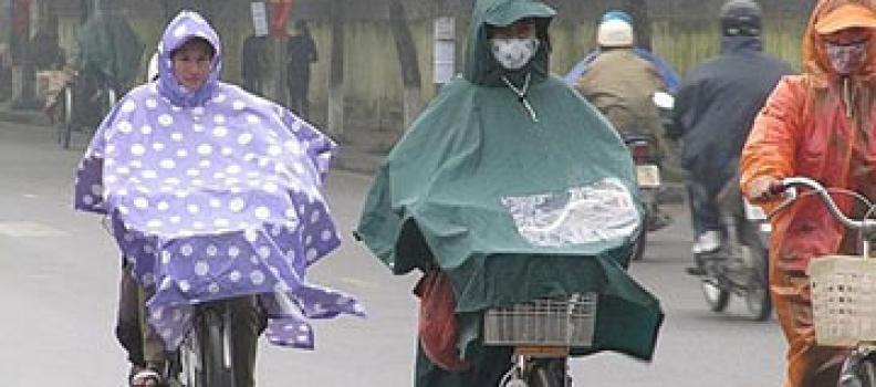 Cẩn thận với áo mưa kém chất lượng